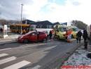 Færdselsuheld med fastklemt og brand i bil.