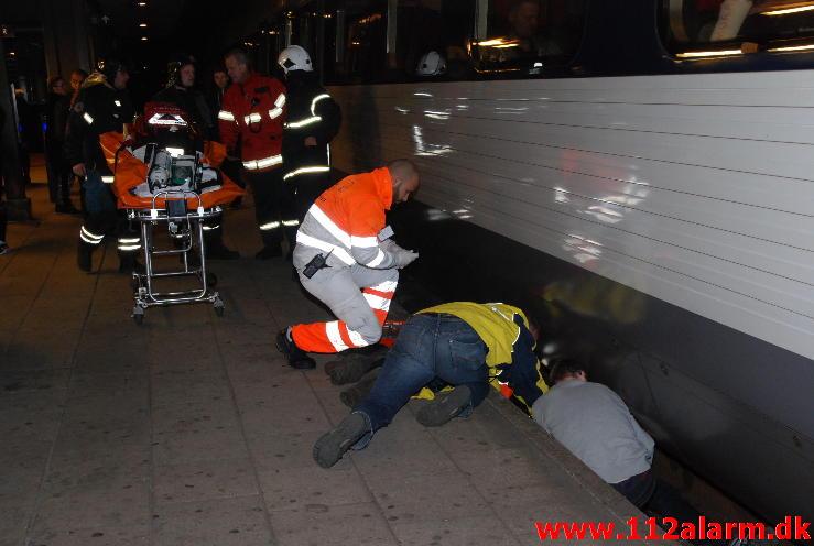 Fuld mand røg ind under toget.