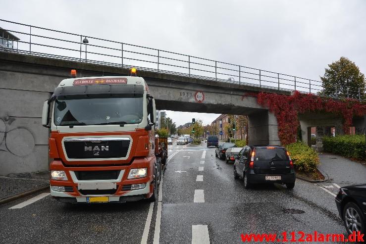 Lastbil påkørte broen. Skovgade i Vejle. 30/09-2014. Kl. 16:20.