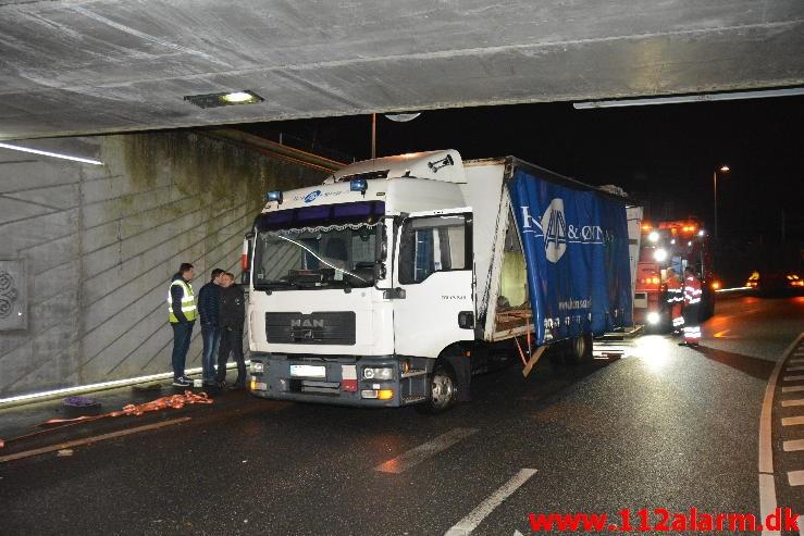 Kilet fast under broen. Gammelhavn i Vejle. 09/12-2014. Kl.16:50.