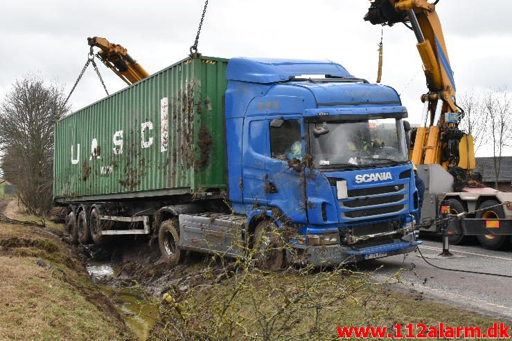 Udenlandsk lastbil kørt i grøften. Juelsmindevej ved Vejle. 28/02-2017. Kl. 9:15.