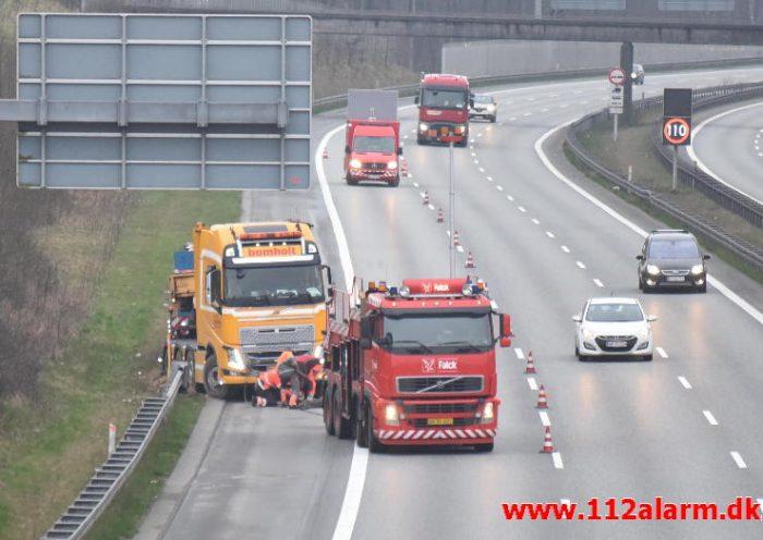 Lastbil i rabatten på E45 lige efter Vejlefjordbroen. 30/03-2017. Kl. 18:40.