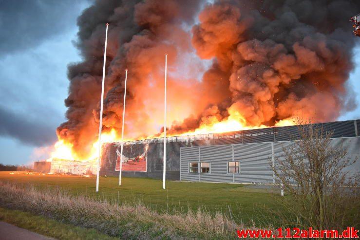 Brand i Industri. Ndr. Fabriksvej i Hedensted. 03/04-2017. Kl. 19:55.