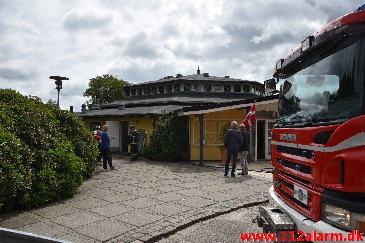 Bygningsbrand. Tirsbæk Strandvej 2 i vejle. 16/06-2017. Kl. 12:09.