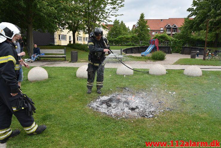 Ild i skraldespand. Vedelsgade i Vejle. 23/06-2017. Kl. 17:49.