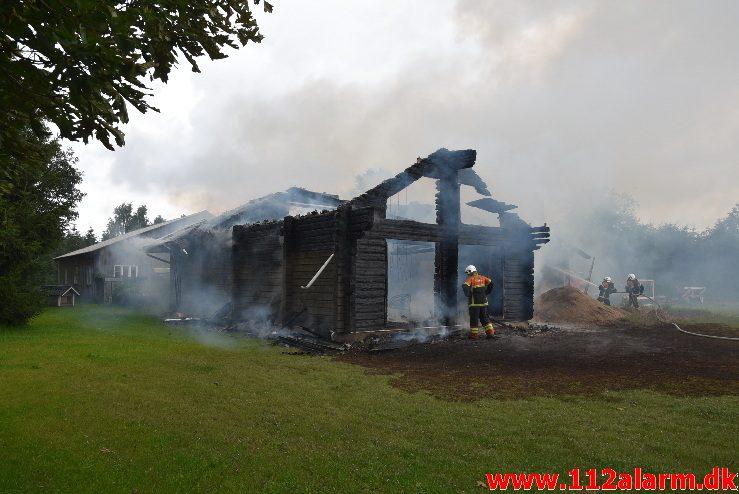 Træhus stod i lys lue. Frederikshåbvej i Randbøl. 06/08-2017. Kl. 09:33.