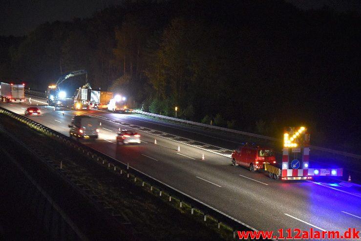 Lastbil ramte broen med kranen. Motorvejen ved Vejle. 03/10-2017. Kl. 21:00.