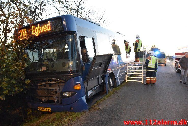 Bussen ende i Grøften. Tudvadvej i Egtved. 30/10-2017. KL. 16:41.