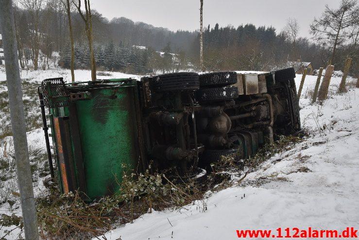 Skraldevogn lad sig om på siden. Viemosevej i Bredballe. 05/03-2018. Kl. 08:15.