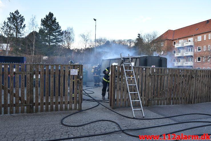 Containerbrand. Borgmester Madsens Gade i Vejle. 17/03-2018. Kl. 16:27.