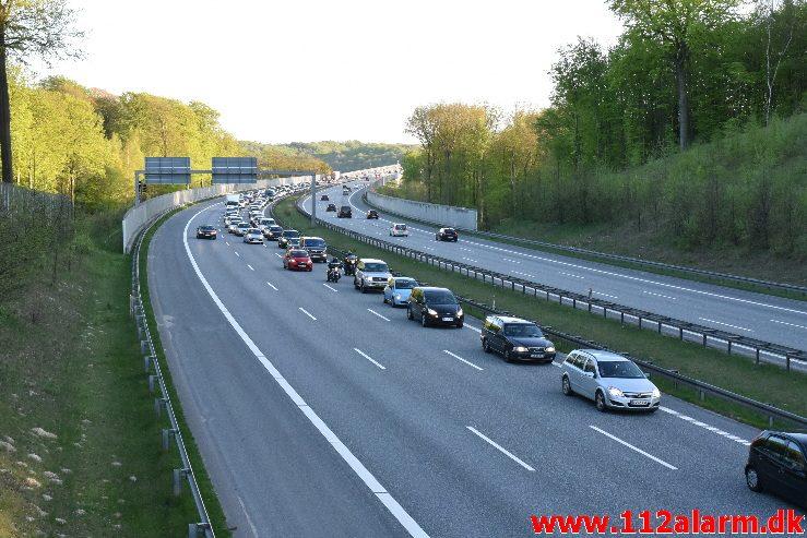 FUH med fastklemte. Østjyske Motorvej lige før Horsensvej. 05/05-2018. Kl. 19:33.