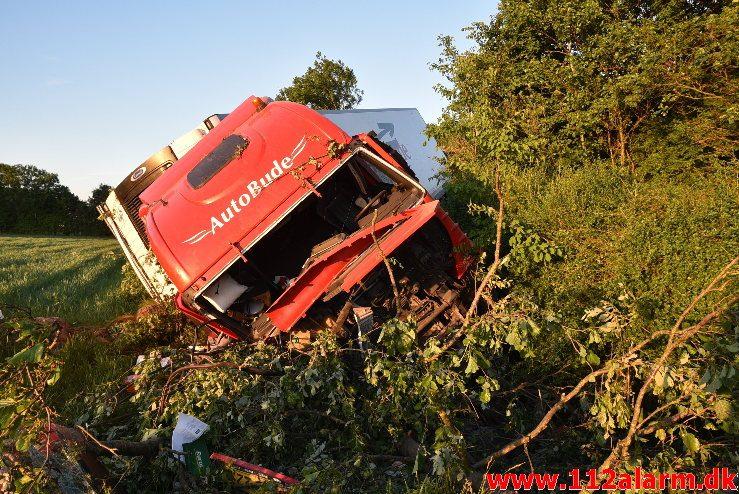 Lastbil havnet nede af skrænten. Motorvejen ved DTC. 07/06-2018. Kl. 18:50.