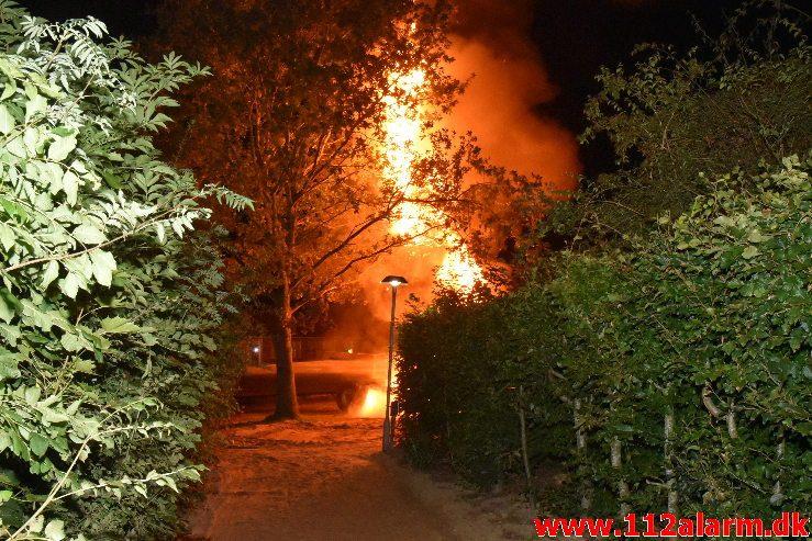 Brand i Entreprenørmaskine. Hvesager i Jelling. 04/09-2018. Kl. 23:52.