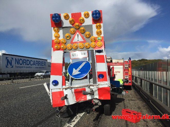 Skiltevognen fra Kolding påkørt. Vejle Fjordbroen i nordgående spor. 01/10-2018. Kl. 13:37.