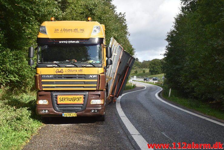Lastbil tæt på at tabe sit gods. Afkørslen til Horsensvej i sydgående spor. 01/10-2018. KL. 12:30.