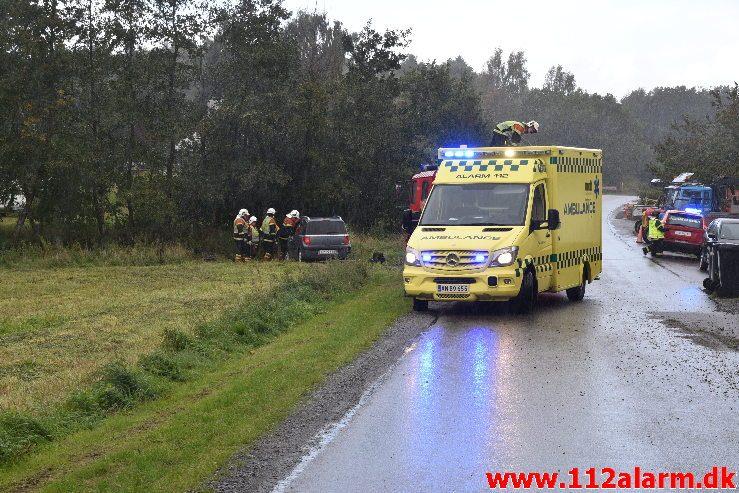 Bilen ende i åen. Tinnetvej ved Vonge. 03/10-2018. Kl. 14:04.
