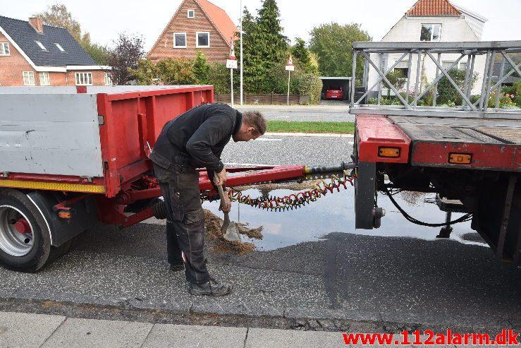 Sprang en hydraulikslange. Koldingvej i Vejle. 17/10-2018. Kl. 16:10.
