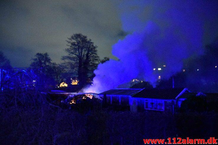Brand i havehus. Mølholmsdalen i Vejle. 21/11-2018. Kl. 21:14.