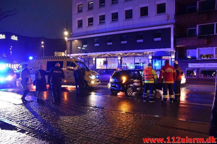 Bus og personbil kørt sammen. Gamle Havnen i Vejle. 29/11-2018. Kl. 16:35.