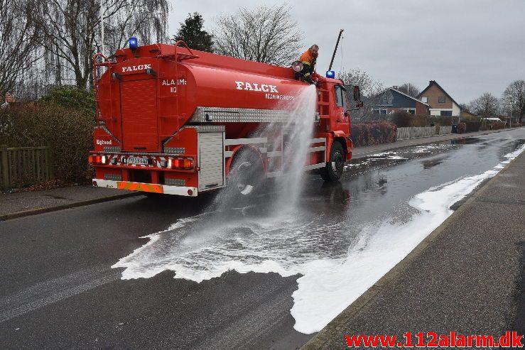 Større forurening Benzinudslip. Hjelmdrupvej i Egtved. 06/01-2019. KL. 10:55.