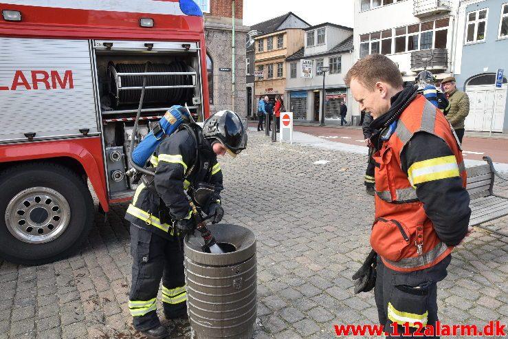 En lille skraldespands brand. Kirketorvet i Vejle. 09/03-2019. Kl. 13:56.