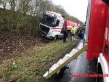 Lastbilen havnede i grøften. Motortrafikvejen mellem Vejle og Fredericia. 13/03-2019. Kl. 15:43.