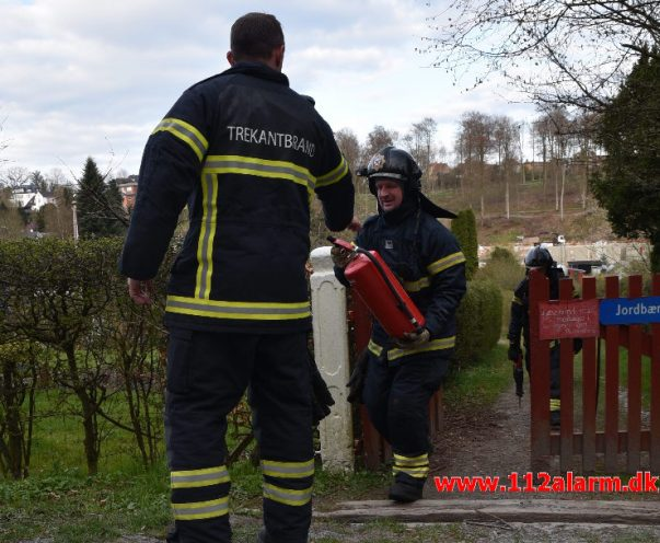 Ild i kolonihavehuset. Mølholmsdammen i Vejle. 13/04-2019. Kl. 18:04.