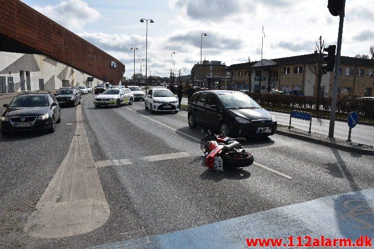 Motorcyklist nåede ikke at bremse. Damhaven i Vejle. 14/04-2019. Kl. 11:16.