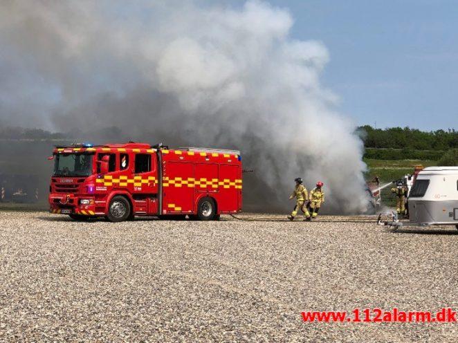 Brand i Personbil og Campingvogn. Energivej i Hedensted. 02/06-2019. KL. 14:46.