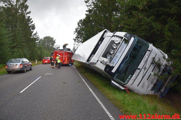 Lastbilen havnede i grøften Bøgvadvej ved Randbøl. 06/08-2019. KL. 05:14.