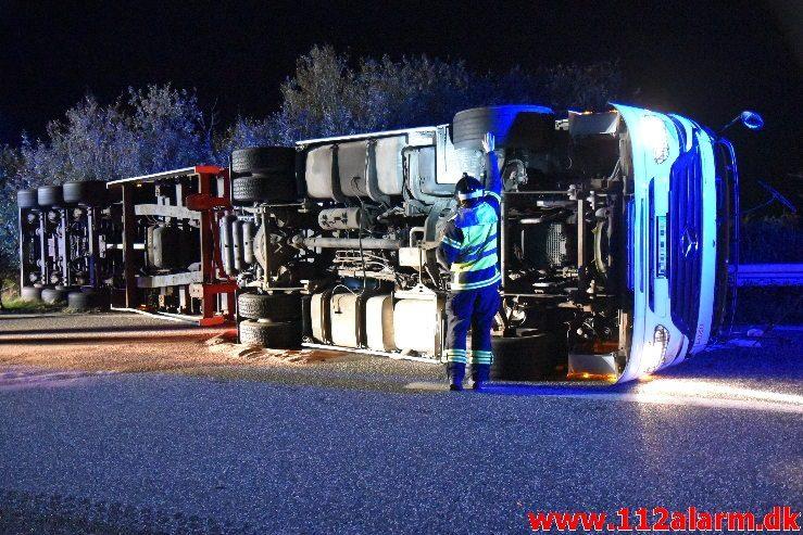 Romantisk lastbilchauffør væltet. Motorvejen E45 ved DTC i Vejle. 07/10-2019. Kl. 23:08.