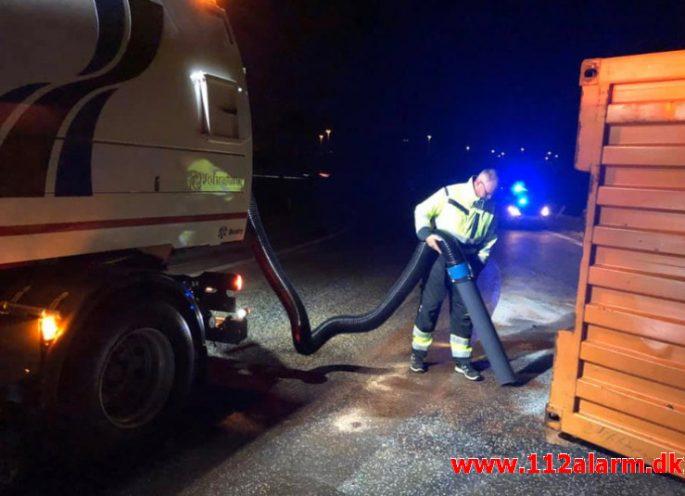 Rumænsk lastbilchaufførvæltet. Motorvejen E45 ved DTC i Vejle. 07/10-2019. Kl. 23:08.