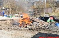 Ulovlig afbrænding af byggeaffald. Merianvej i Vejle. 23/03-2020. Kl. 15:51.