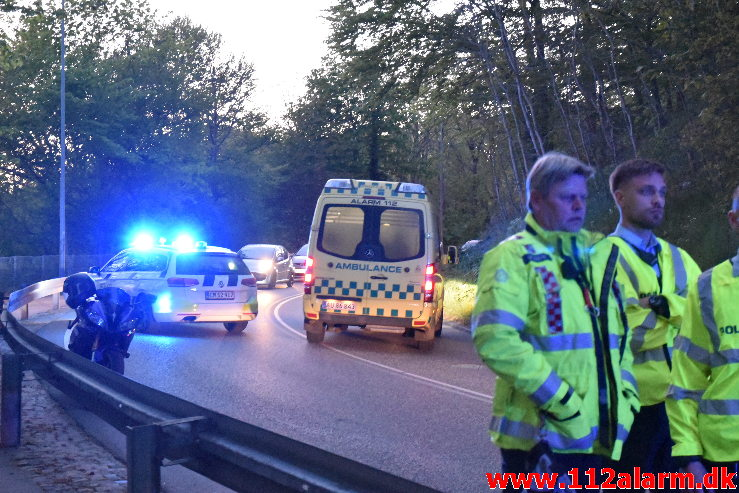 Han røg hen over autoværnet. Jellingvej i Vejle. 05/05-2020. Kl. 21:19.