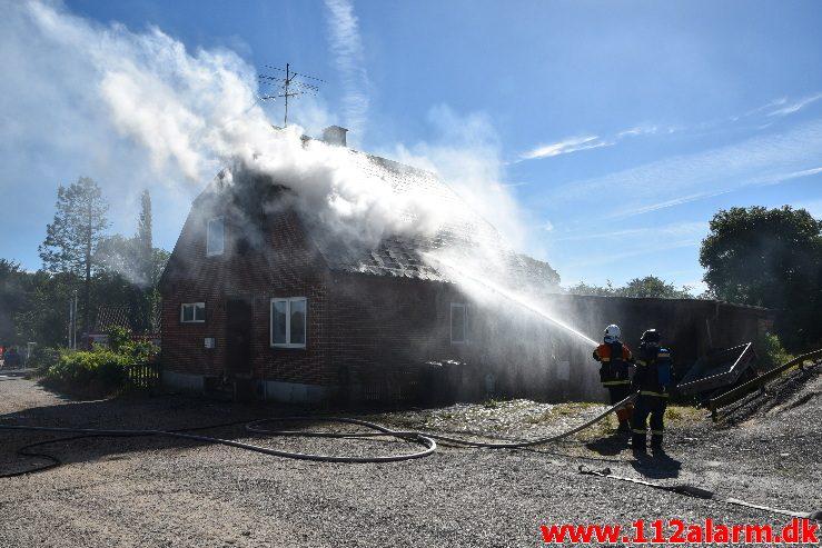 Brand i Villa. Mølvang ved Jelling. 17/06-2017. KL. 16:39.