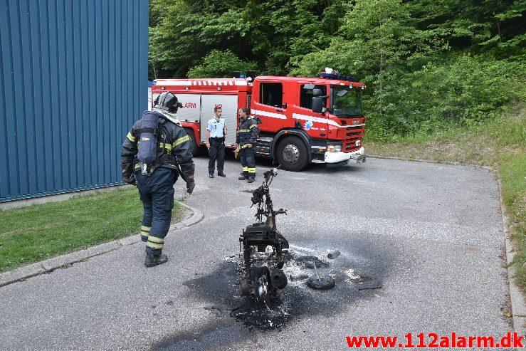 Brand i Knallert. Lille Grundet Hulevej i Vejle. 20/06-2017. Kl. 21:17.