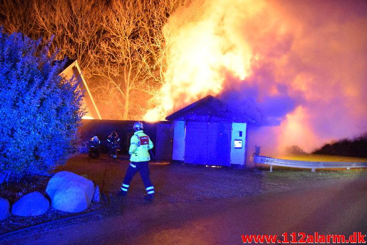 Voldsom brand i værksted. Bøgeagervej i Vejle. 02/12-2019. Kl. 18:29.