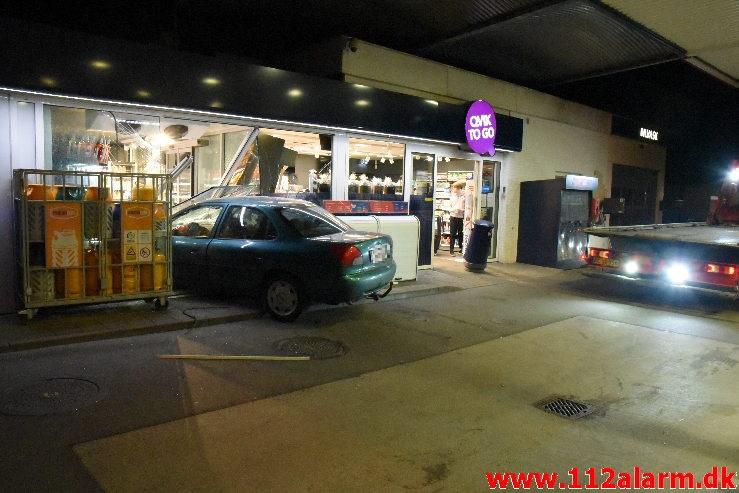 Personbil havnede halvt inde i Q8 butikken. Koldingvej i Vejle. 25/04-2020. Kl. 22:38.