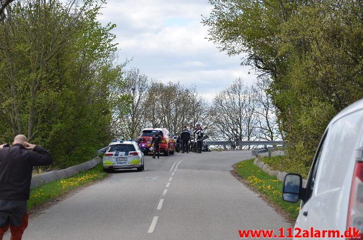 Motorcyklist kørt ud over autoværnet. Gl. Vejlevej ved Daugård. 25/04-2020. KL. 11:59.