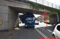 Lastbil i klemme under broen. Skovgade i Vejle. 08/06-2020. Kl. 10:00.