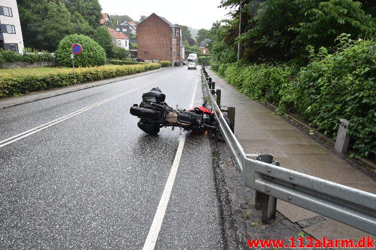 Væltet en motorcyklist. Jellingvej i Vejle. 04/07-2020. Kl. 10:06.