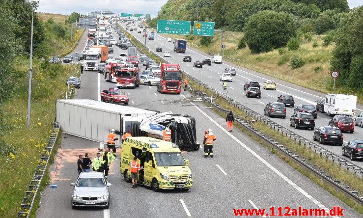 Lastbil væltet på motorvejen. ved Vejle i sydgående spor. 24/07-2020. Kl. 15:08.
