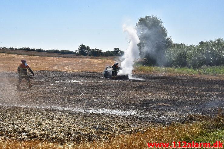 Bil satte ild til marken. Rugsted Tværvej ved Rugsted. 15/08-2020. Kl. 12:33.