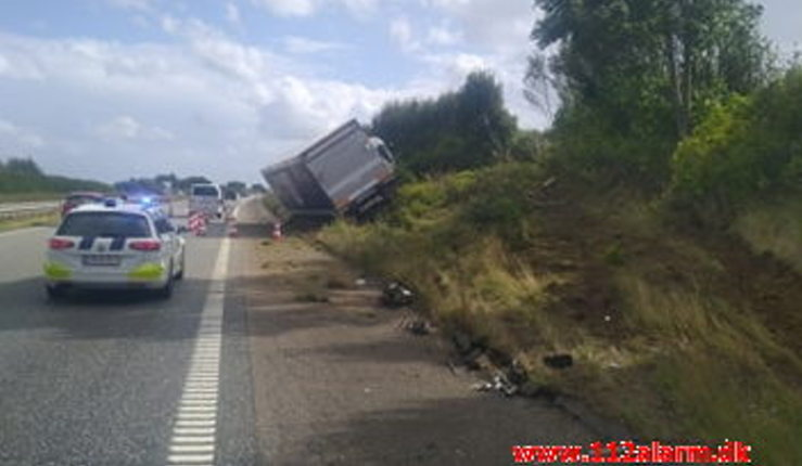 Lastbilchauffør overså personbilen. Motorvejen E45 i sydgående spor ved 94 Km. b22/08-2020. KL. 15:02.