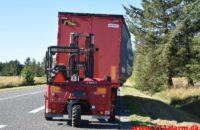 Lastbil tæt på at læsse af i rundkørsel. Tingvejen ved Filskov. 01/09-2020. Kl. 09:00.