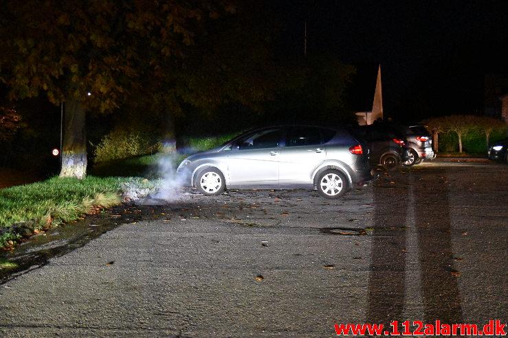 Satte ild til et dæk og danset rundt. Bakkedraget her i Vejle. 29/10-2020. KL. 22:46.