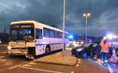 Personbil kørte ud foran skolebus. Viborgvej ved Hornstrup Mølleby. 04/12-2020. Kl. 07:37.