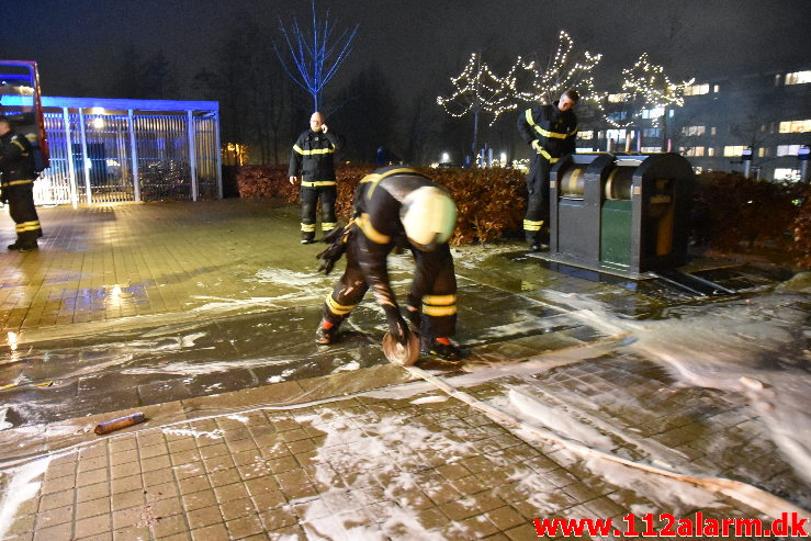 Ild i underjordisk container. Finlandsvej 107 i Vejle. 31/12-2020. KL. 21:16.
