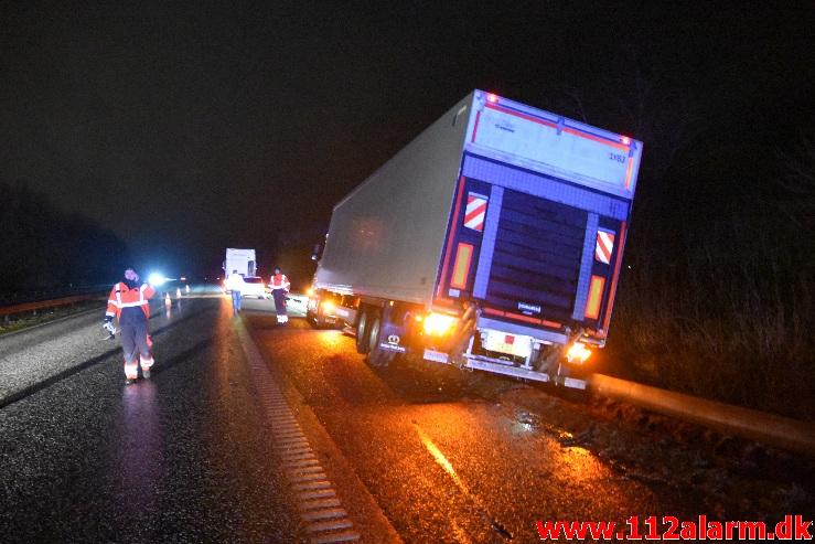 Lastbilen havnede i rabatten. Østjyske Motorvej efter Hedensted. 21/01-2021. Kl. 19:26.