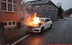 Mercedes i brand. Vardevej i Vejle. 17/02-2021. Kl. 08:08.